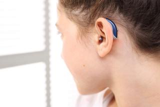 Mädchen mit Hörgerät
