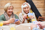 Zwei Seniorinnen beim Kartenspielen