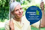 """Lächelnde Frau auf einer Schaukel im grünen mit Hinweis-Button auf die Sendung """"Die Gesunde Stunde"""" im Klassik Radio"""