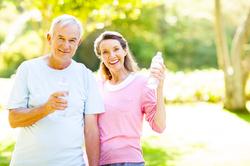 Mann und Frau mit Getränk in den Händen