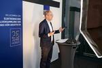 Aufsichtsratsvorsitzender Christian Großmann vor Stellwand in einem Büroraum