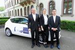 Die drei vom Außendienst vor einem Auto mit HÖREX-Logo
