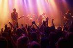 Menschenmenge vor Konzertbühne bei einem Rockkonzert.