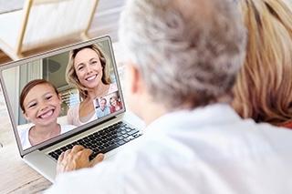 Personen von hinten vor Laptop bei der Kommunikation Tochter und Enkelin
