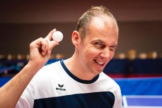 Thomas Keinath mit Tischtennisball in der Hand